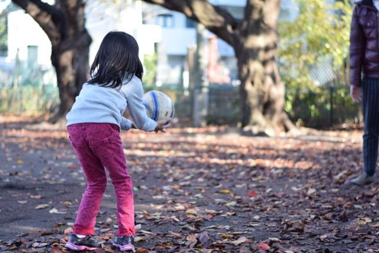 ひたすらボールをぶつけあう遊び(画像はイメージ)