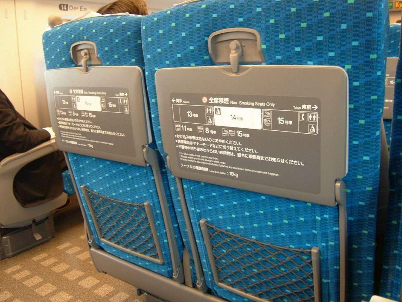 「リクライニングを倒そうにも、後ろの客の荷物でガッチリ固定。声をかけても無視され...私が子連れだから?」(富山県・40代女性)