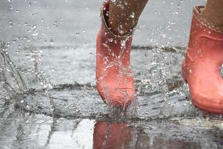 水溜まりに入って靴の中まで濡れてしまったら…(画像はイメージ)