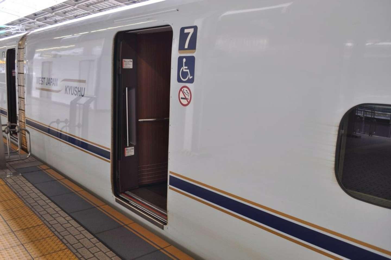 「新幹線の待機列でじっと動かない学生。降りる人の邪魔なので声を掛けたら、キツい言葉をぶつけられて...」(福岡県・50代女性)