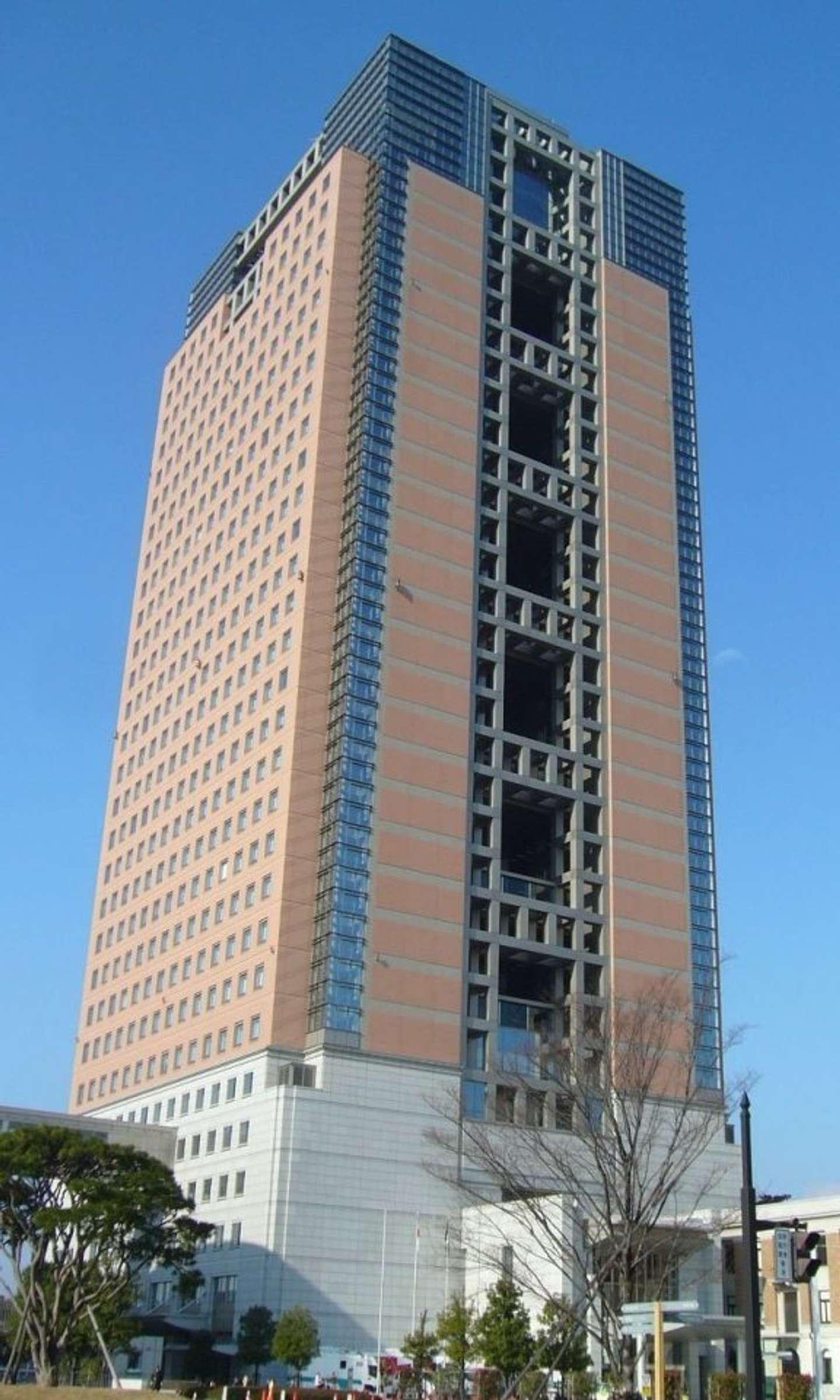 群馬県庁新庁舎(0607crpさん撮影、Wikimedia Commonsより)