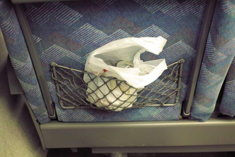「新幹線座席の網ポケットにクサいゴミを放置したまま移動した隣の乗客。『忘れてますよ』と声をかけると...」(新潟県・40代男性)
