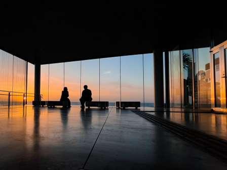 「まるで絵画の中にいるみたい...」 茨城にある「ガラス張りの駅」から見る海と朝焼けに絶賛の声