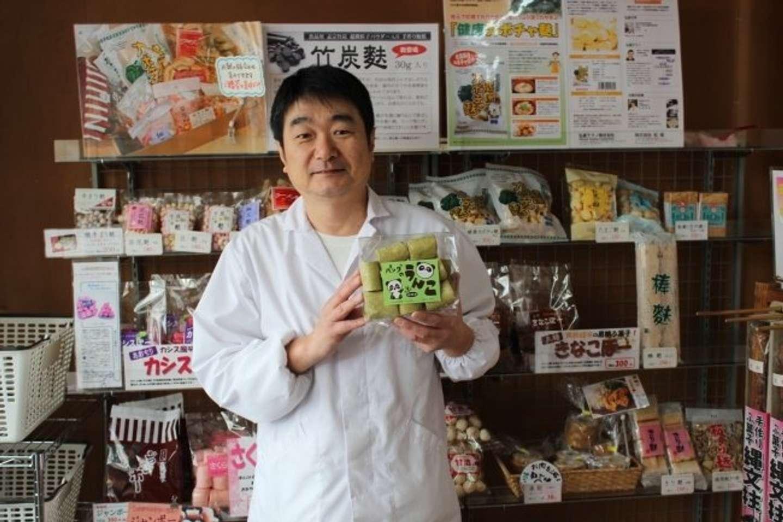 「パンダのうんこ」を持つ、松尾勇悦社長(画像提供:株式会社松尾)