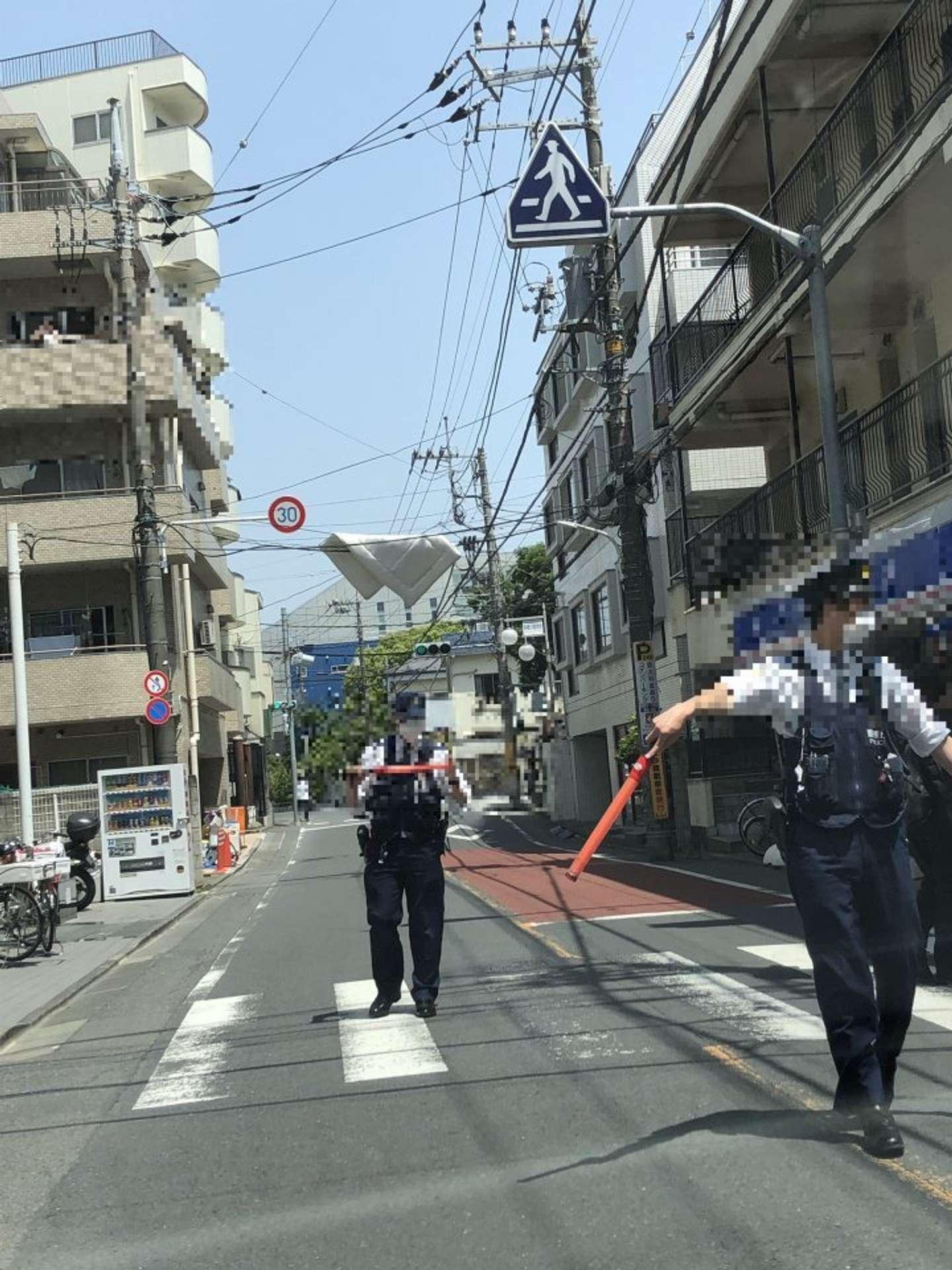電線に布団が引っかかっている(写真はsatoimo@m870wildboarさんのツイートより・編集部で一部加工)