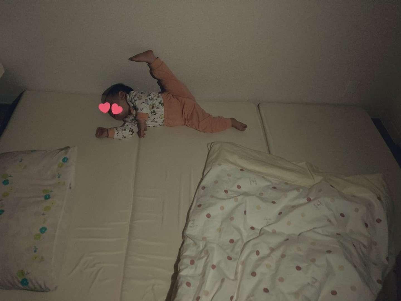 「寝相の癖がすごい」(画像はともたんぽ(@iam_tomotampo)さんから)