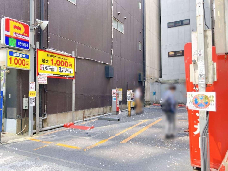 記者が例の駐車場に向かうと、やはり吸い殻まみれ(画像は編集部が25日昼過ぎに撮影、以下同)