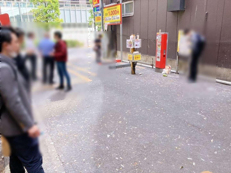 15分ほど、例の駐車場に立ってみた。吸って、捨ててが繰り広げられていた...
