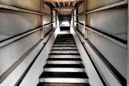 階段の往復でこわくなる(画像はイメージ)