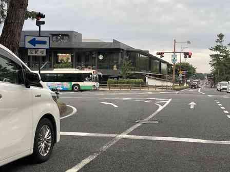 奈良県庁前の交差点で、非地元民がクラクションを鳴らされがちな理由