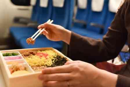 「新幹線の隣の乗客がとんでもない『クチャラー』だった。駅弁をじっくり味わい、その後も...」(岐阜県・30代男性)