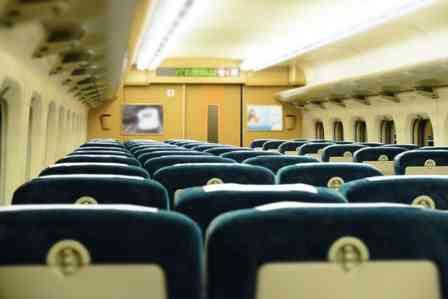「新幹線の3列シート、真ん中は私の指定席なのに...。占領していた3人家族に注意すると『空気読めや』」(三重県·50代女性)