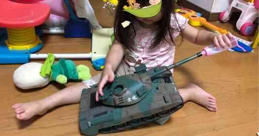 戦車「ごく...ごく......」 衝撃的に微笑ましい2歳女児の「おままごと」に反響