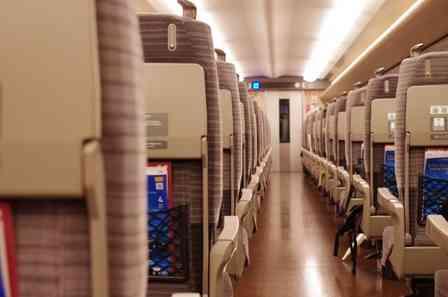 「新幹線の中で体調が悪化。満員で空席もなく、通路に座り込んだ私におじいさんが...」(愛知県・20代女性)