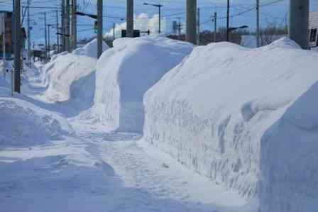 「除雪しても除雪しても、車庫前にうずたかく積まれる雪。向かいの家の窓からは、老婆がジッとこちらを見ていて...」(新潟県・60代男性)