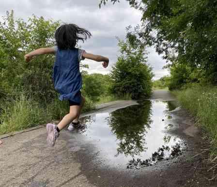 1秒後に予想通りの結末 水たまりに駆け出した娘、その姿に母「諦め」