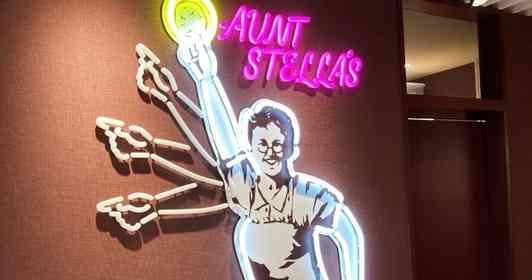 「ステラ・パリピ・おばさん」が渋谷の地下を明るく照らす ノリノリすぎるネオン看板に「ファンになりそう」