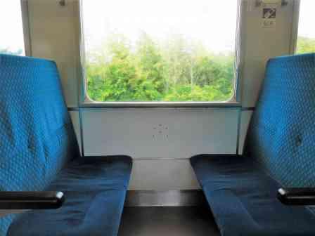 「満員電車でようやく空いた1つの席。近くの人と譲り合っていると、横からブランドバッグが飛んできて...」(兵庫県・30代女性)
