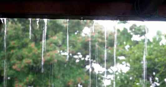 「突然の大雨に、2人の娘と近くのガレージで雨宿り。そこに、車に乗った若い男性が入ってきて...」(奈良県・50代女性)