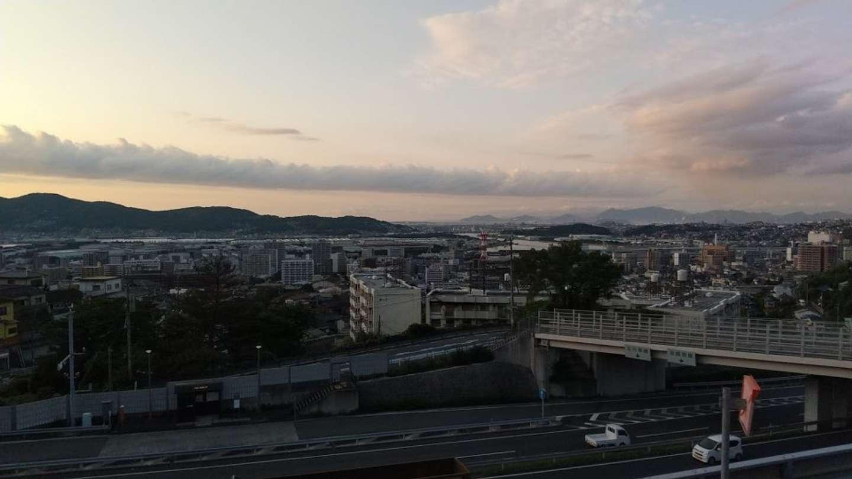 19時:皿倉山ケーブルカー近くの駐車場からスマホで撮影。もうすでに美しい