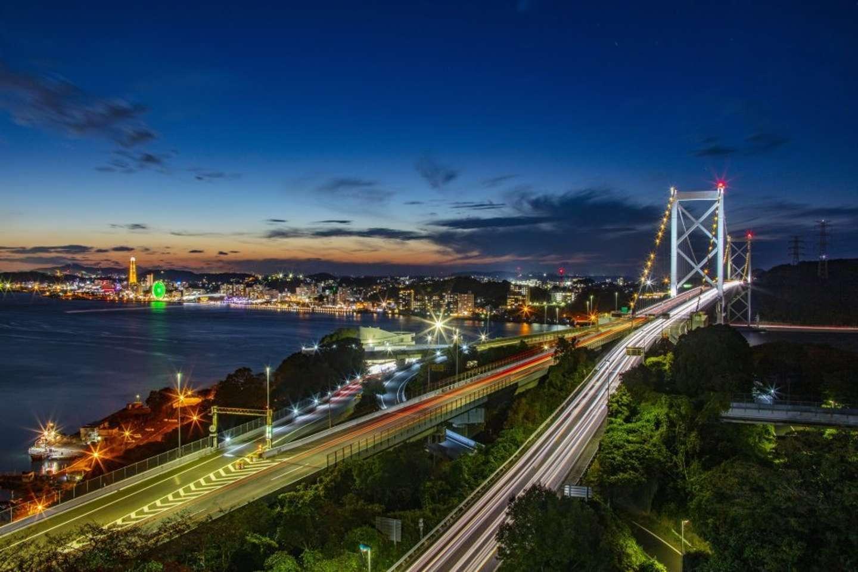 夕焼けから夜空に移り変わる関門橋(提供:北九州市)