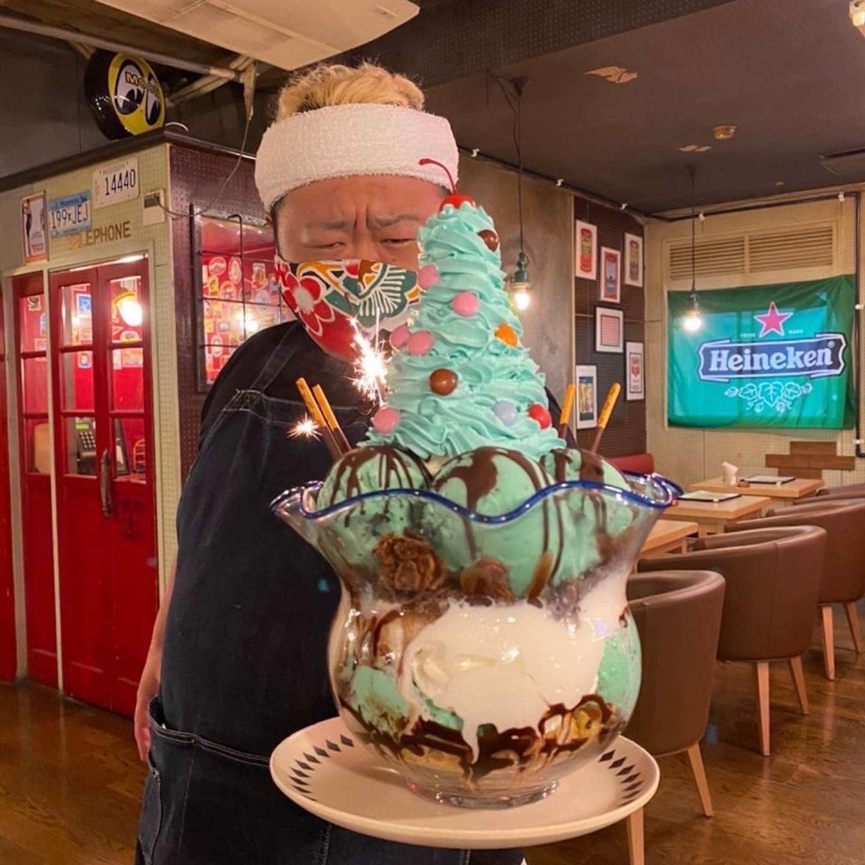「マキシマムミントインミント金魚鉢パフェ」を持つ「ランズ珈琲の大ちゃん」こと上野オーナー