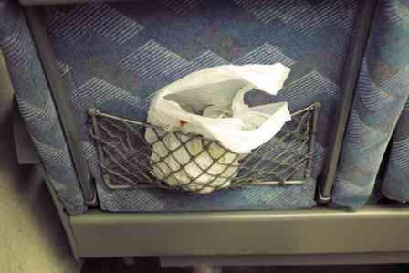 「食べ残したお菓子のゴミを『そこに突っ込んでおきなさい』。新幹線で遭遇した非常識すぎる親子に仰天」(静岡県・60代女性)