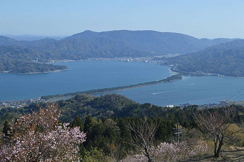 京都府宮津市成相寺にある「成相山パノラマ展望台」から見た天橋立(Asturio Cantabrioさん撮影、Wikimedia Commonsより)
