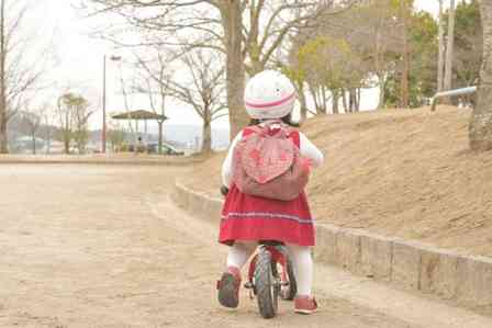 「おつかいの帰りに転んでしまい、大泣きした幼い私。そこに2人のギャルが近づいてきて...」(東京都・30代女性)