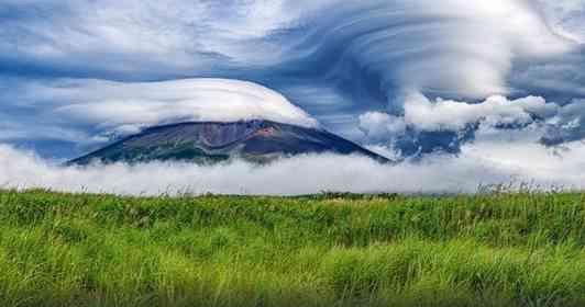 まるでゴッホの絵画みたい... 富士山を取り巻く巨大な雲たちの迫力が凄まじい