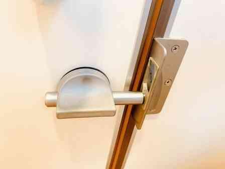 「サービスエリアのトイレの鍵が動かない!個室に閉じ込められて泣いていると、ドアの上から知らない人が...」(埼玉県・20代女性)