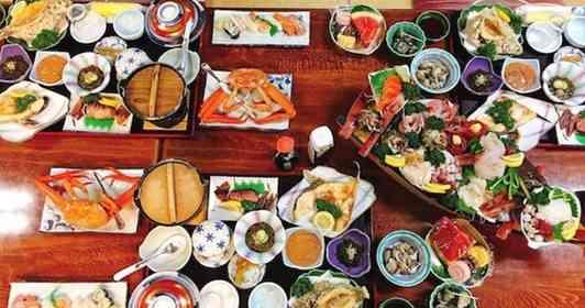 煮魚に焼き魚、揚げた魚に寿司とカニ...さらに特大舟盛りまで 民宿の豪華夕食が話題→店主「昼は食べずに来て」