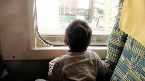 「小学生の息子が、新幹線で初めての一人旅。ひきつった顔で席に座った彼を、隣の席の若者が...」(大阪府・60代女性)