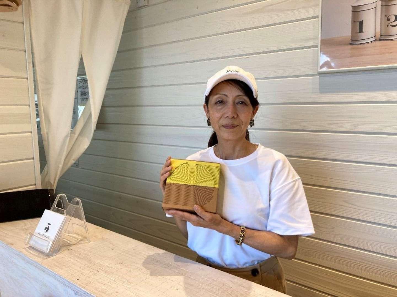 レモンバウムを持つ井藤さん。フレッシュな味わいが地元の人に大人気だという