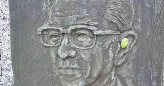 めちゃくちゃオシャレじゃん... 顕彰碑の耳にハマったカエルがイヤホンにしか見えない件