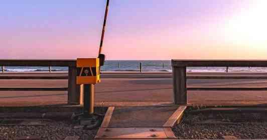 「海のにおいがしました」 やわらかな夕日に照らされた江ノ電の「ミニ踏切」が心をくすぐる