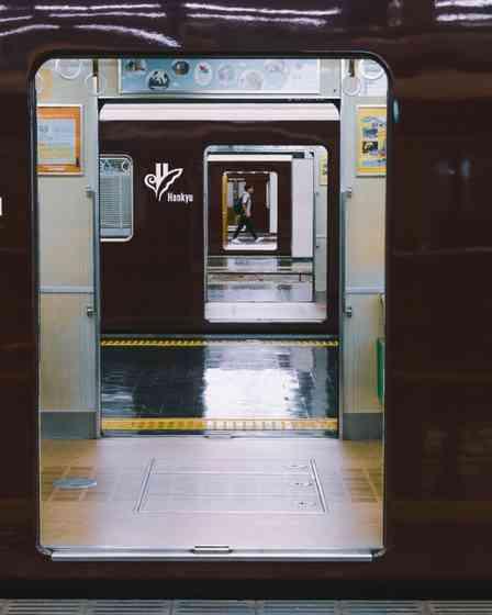 「ダッシュで駆け抜けたい」「向こうまで行ってみたい」 駅のホームで切り取られた「一直線」がなんかエモい