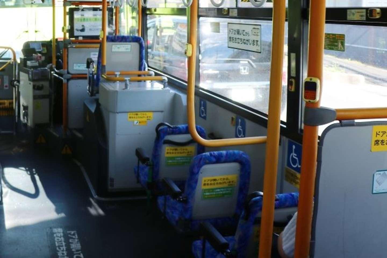 バスで通学中...(画像はイメージ)