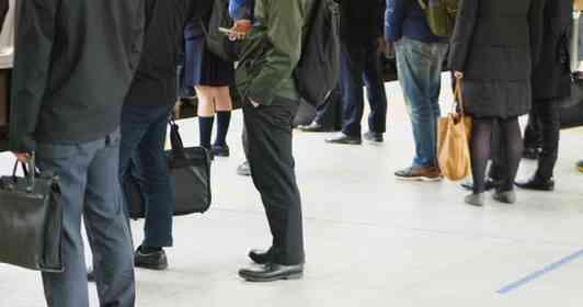 「電車の中で手招きしてきた、ヤンキー風の見知らぬ高校生。ぐずって寝ている娘を抱いたまま近づくと...」(岐阜県・50代女性)