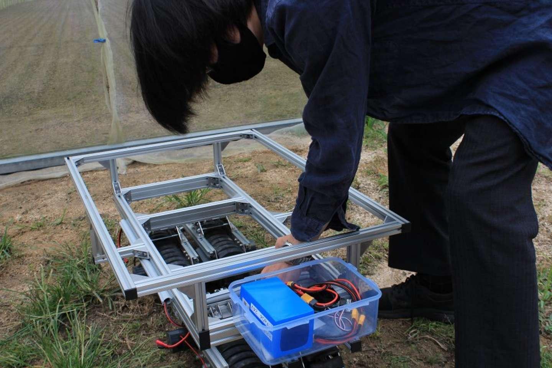 クローラロボットを組み立て中