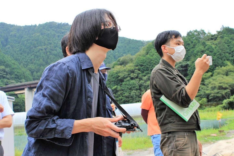 寺澤さん(左)。この日の試走はコントローラーでの遠隔操作。「今後、組み立ての一部を簡素化するカスタマイズがあるかもしれません」