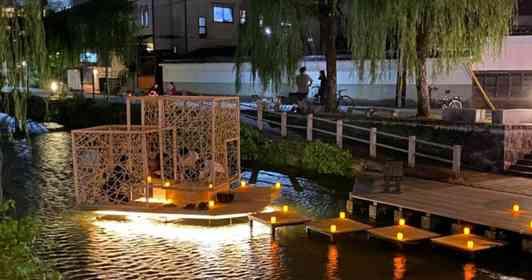 京都の川の真ん中に、スケスケな「茶室」出現 不思議な光景が話題に