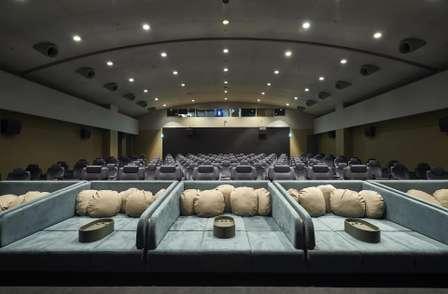 埼玉で味わえる「贅沢すぎる映画体験」 ベッドみたいな客席に「最高オブ最高」「確実に寝落ちする」