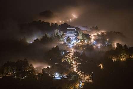 これが現実の景色なの...? 濃霧の中、吉野山に登ったら「桃源郷」が現れた