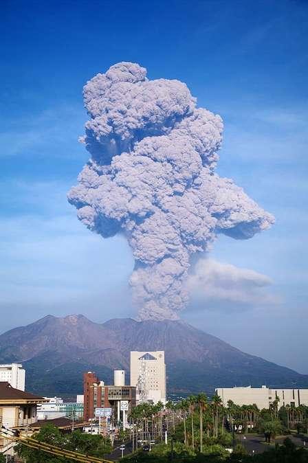 空に広がる黒い煙←この光景をみた鹿児島市民が、真っ先にとる行動とは