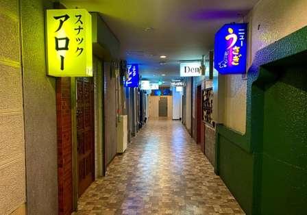 ここはオトナの世界への入口...? 青森の「泊まれるスナック街」が気になりすぎる