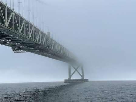 いったいどこに繋がってるの...? 濃霧で「途切れた」明石海峡大橋がゾッとするほど幻想的